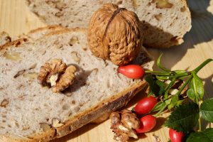 לחם טחינה עם אגוזים